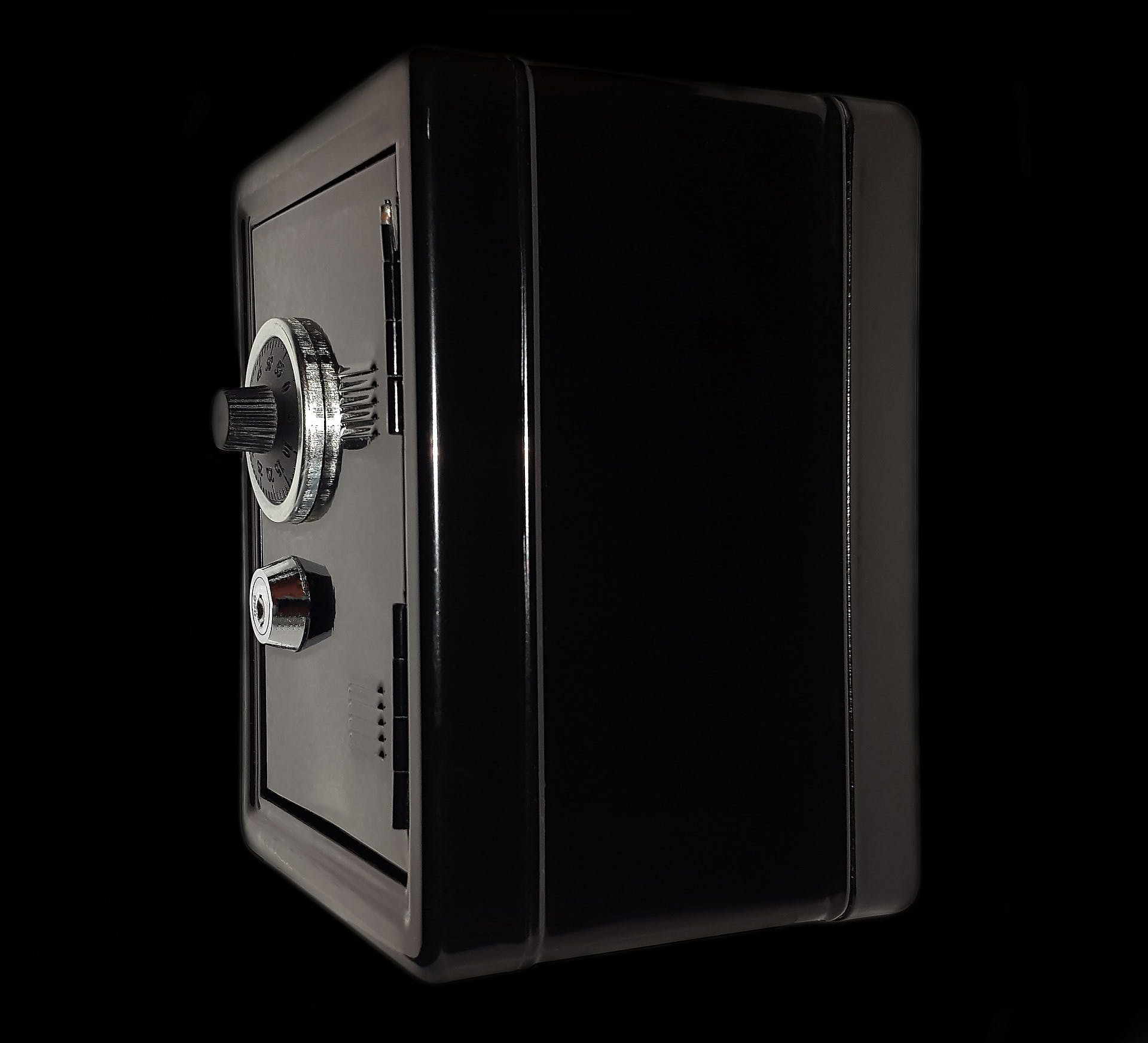 Precious Metals, Gems, and Jewelry: What to Look For In a Jewelry Safe