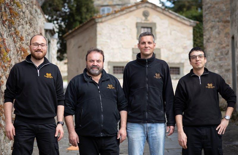 Paolo Porfiri, Massimo Pagni, Filippo Vigni e Giulio Fineschi sono i responsabili dello svolgimento dei lavori in campagna, cantina e magazzino.