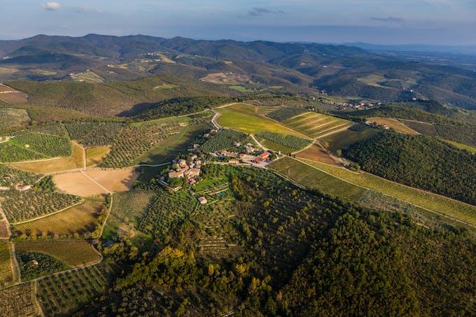 Il Castello di Ama si trova nel cuore del Chianti Classico, quello storico, al centro della Toscana, fra le province di Firenze e Siena.