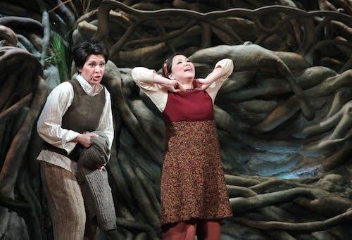 Jana Horáková Levicová (Jeníček) a Yukiko Kinjo (Mařenka) Foto Hana Smejkalová