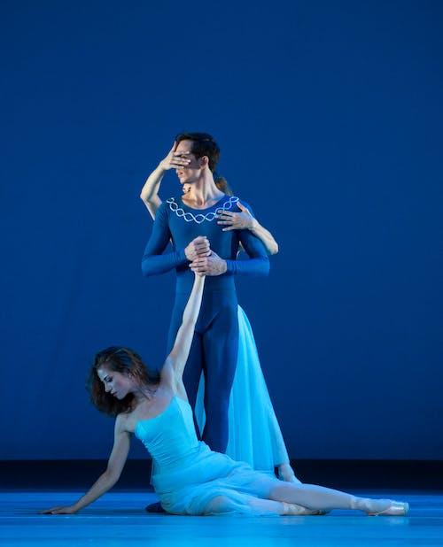 Balet Národního divadla – Timeless – Serenade – Nikola Márová, Sophie Benoit, Adam Zvonař – Foto: Anna Rasmussen