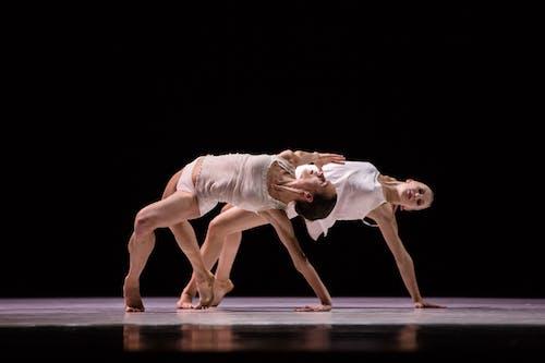 Balet Národního divadla – Timeless – Separate Knots – Kristýna Němečková, Kristina Kornová – Foto: Pavel Hejný