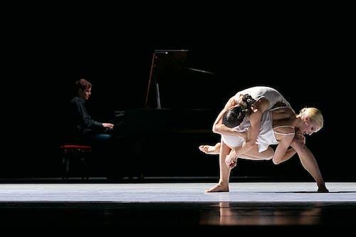 Balet Národního divadla – Timeless – Separate Knots – Kristýna Němečková, Kristina Kornová – Foto: Dasa Wharton