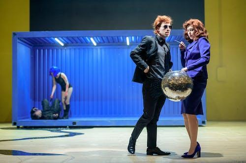 Stát jsem já | Petr Vančura a Zuzana Stivínová, v pozadí David Matásek a Anna Fialová - foto: Petr Neuber