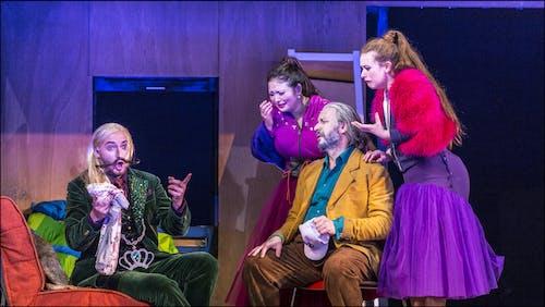 Popelka | Jiří Hájek (Dandini), Yukiko Šrejmová Kinjo (Clorinda), František Zahradníček (Don Magnifico) a Dorothea Spilger (Tisbe) - foto: Patrik Borecký