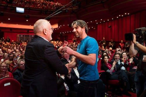 Merijn Tinga overhandgt het Plastic Avengers Manifest aan Avengers ambassadeur Frans Timmermans