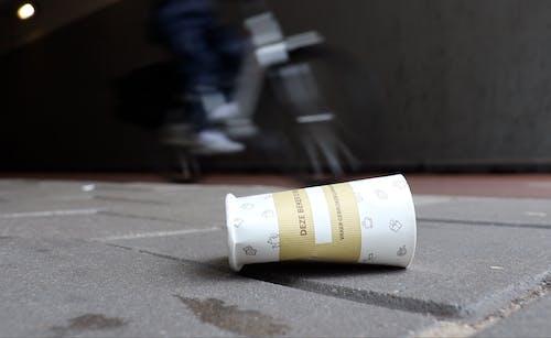 wegwerp koffiebeker plastic soup surfer zwerfinator cup count campaign eu richtlijnen uitgebreide producent verantwoordelijkheid ups