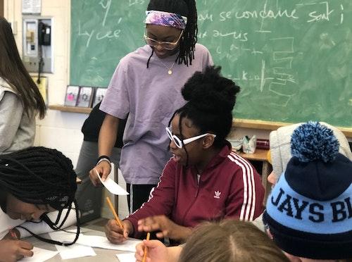 Des jeunes assistent à des présentations de vidéos et participent ensuite à des conversations constructives