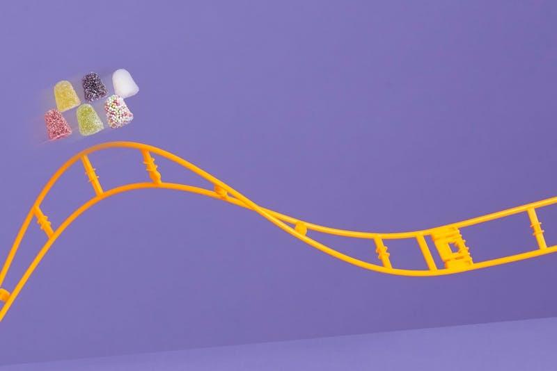 tumtummetjes op een hoog punt in een achtbaan