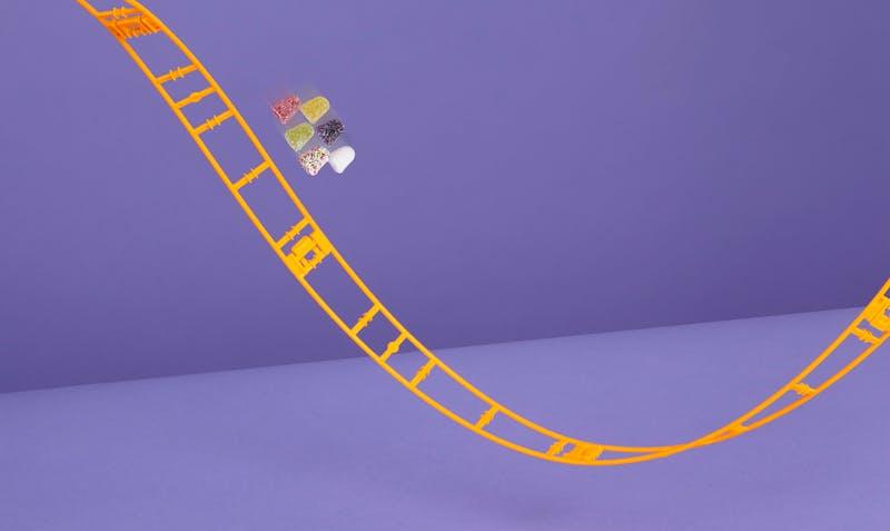 Tumtummetjes in een achtbaan die naar beneden gaat (en later weer omhoog)