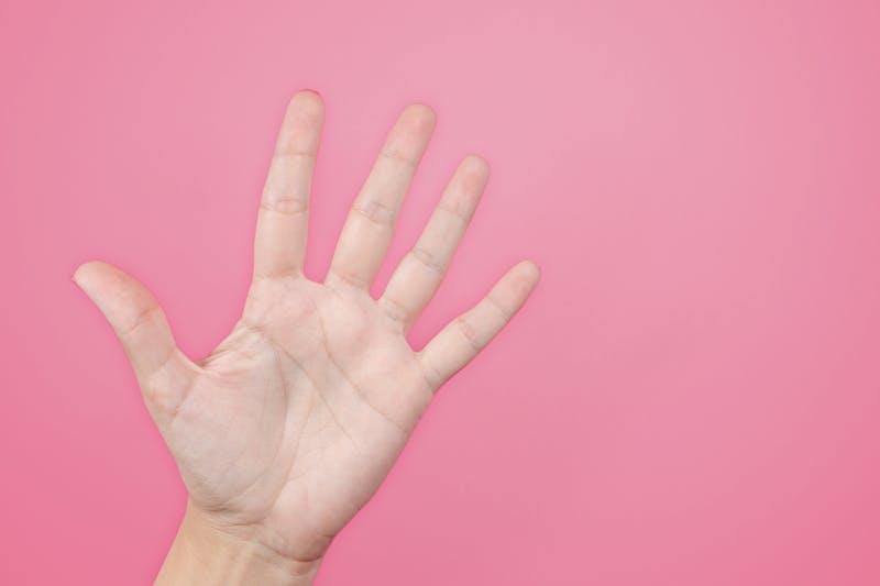 Eine Hand, die symbolisiert, dass man mit wenig Geld investieren kann
