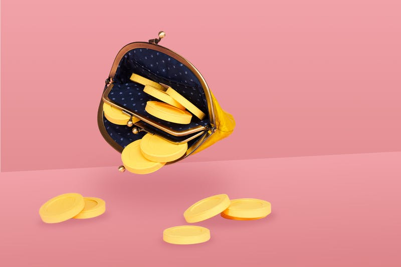 Geldbeutel mit Münzen, die symbolisieren, dass man 5.000 € pro Jahr sparen kann