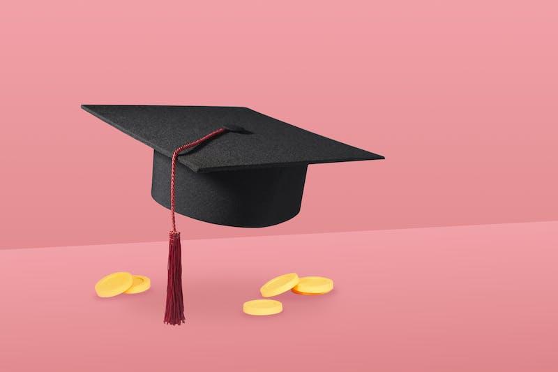 gorro de estudiante y monedas , simbolizan ahorrar para estudiantes