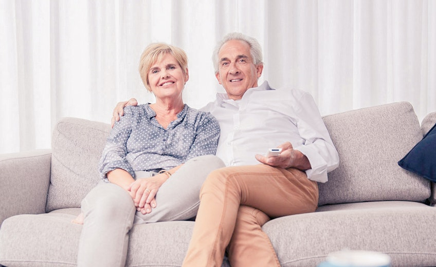 De afbeelding is een voorbeeld van de nieuwe fotografie die gebruikt is op de website. In dit geval een portret van een ouder echtpaar.