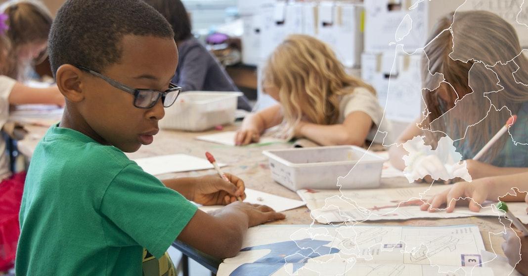 afbeelding van kinderen die tekeken in een schoolomgeving