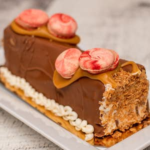 Bûche crème glacée caramel et macarons