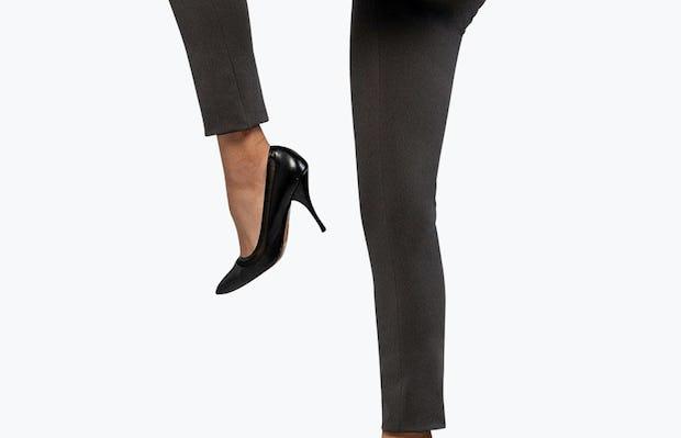 Women's Charcoal Heather Kinetic Skinny Pant on Model Raising Her Left Knee