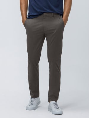 Close up of Men's Charcoal Heather Kinetic Pant on model