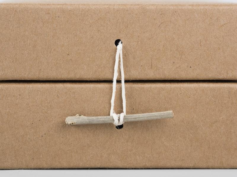 Dettaglio chiusura scatola per olio