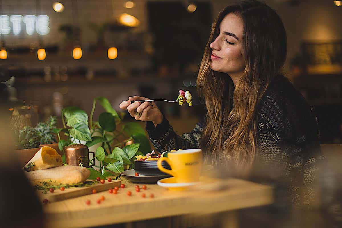 Restaurauntbesucherin beim Essen