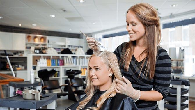 Friseur Salon Angestellte mit Kundin