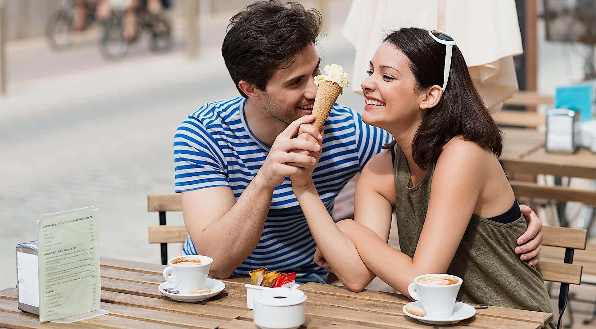 Ein Paar isst Eiscreme und Krinkt Kaffee in einem Café