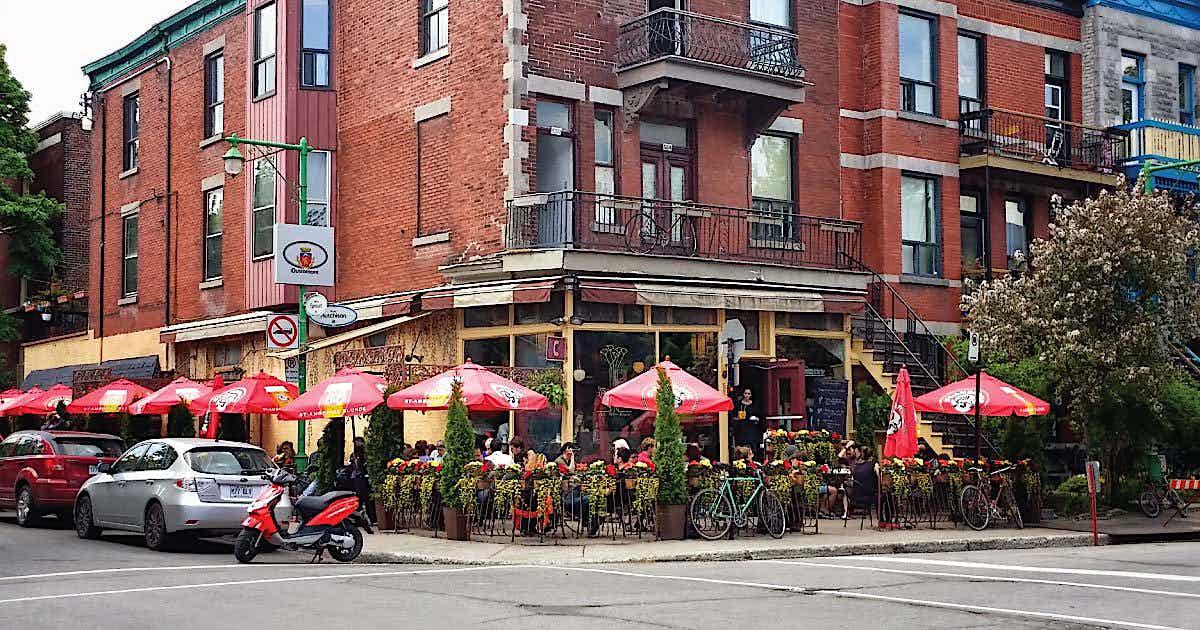Restaurant mit Terrasse an einer Kreuzung