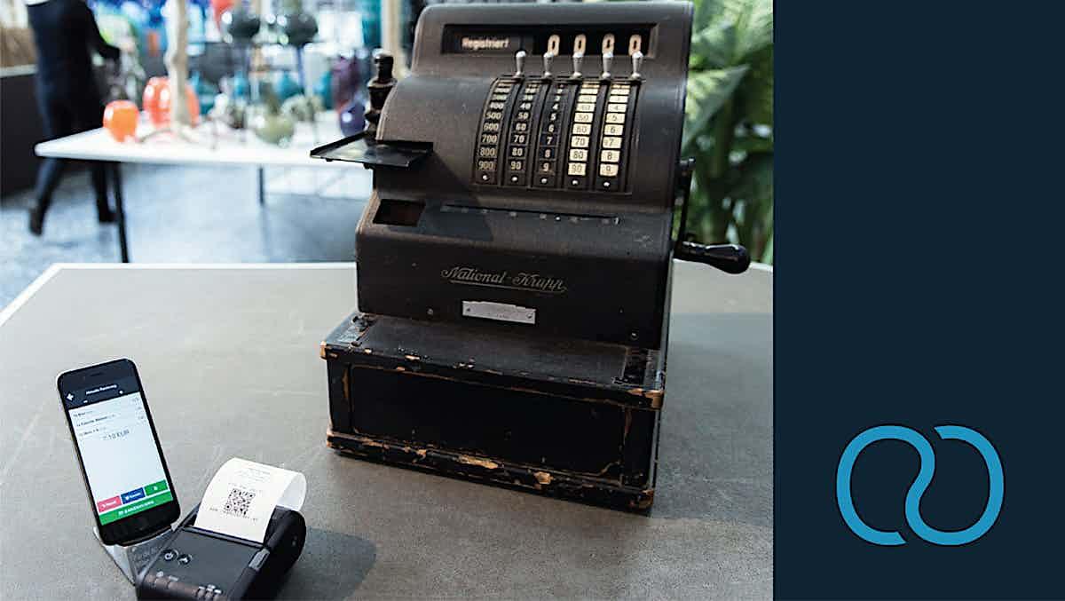 Erste Registrierkasse neben Smartphone Kasse von ready2order
