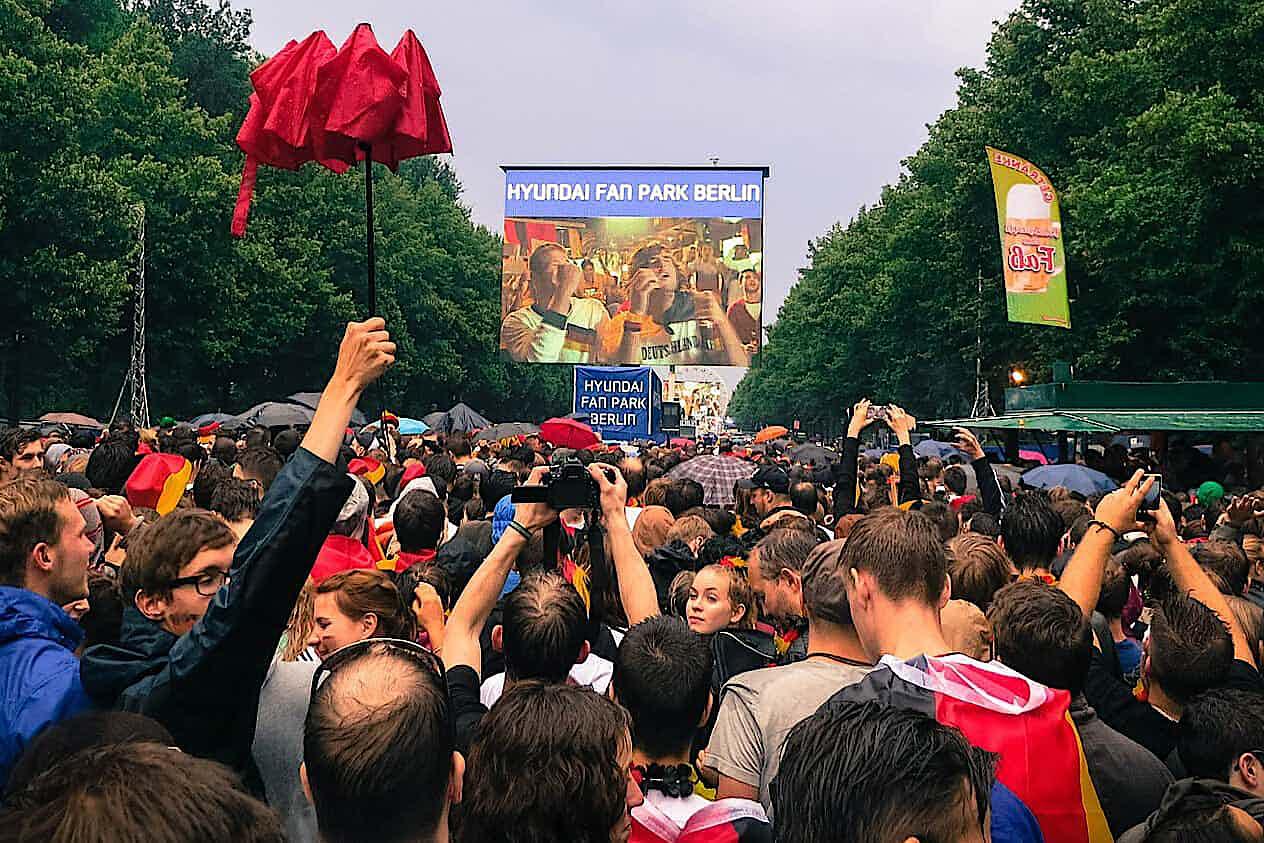 Public Viewing WM Menschenmenge auf Fanmeile