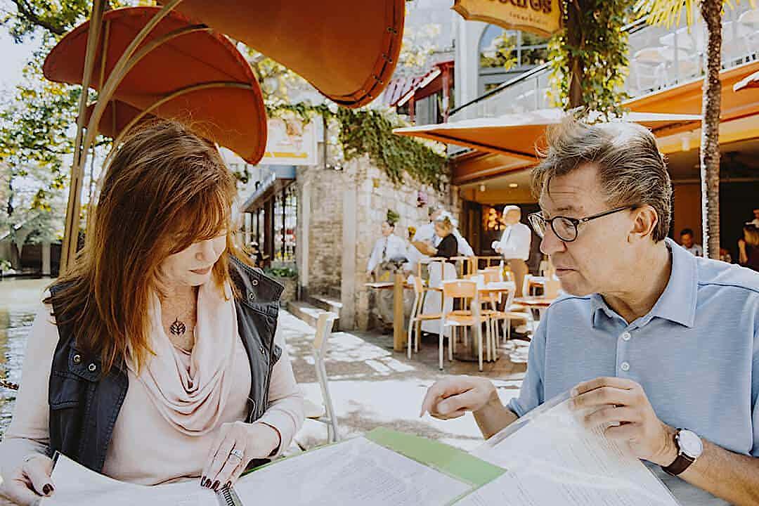 Kundin wird in einem Cafè beraten
