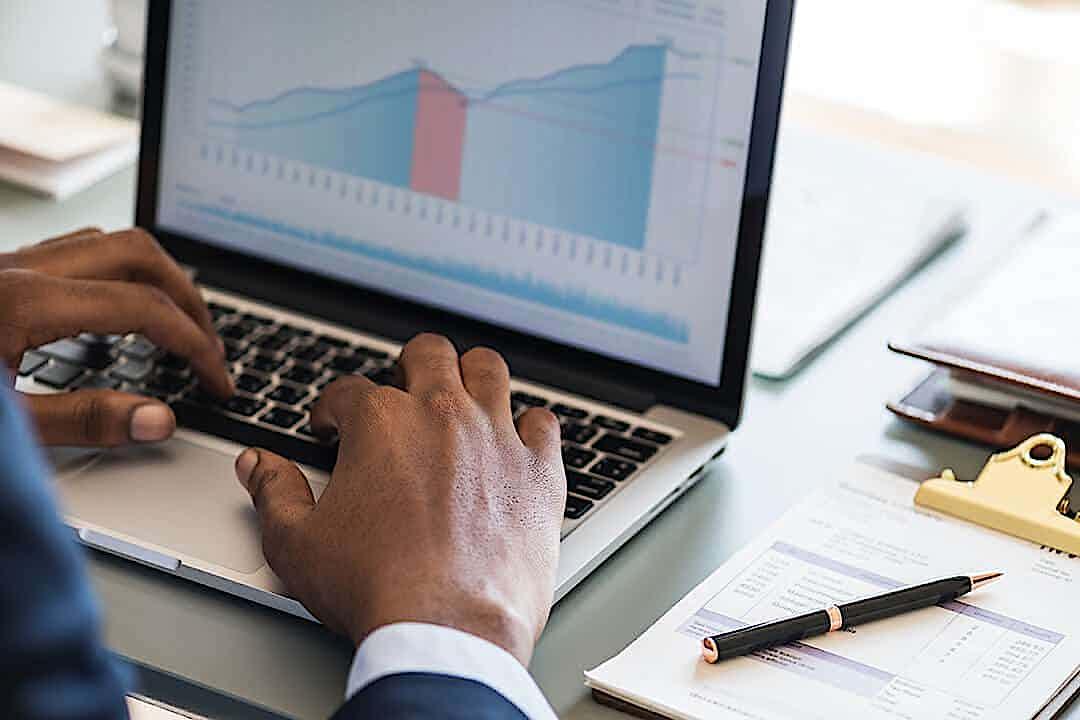 Digitalisierung KMU, Unternehmer tippt auf Laptop