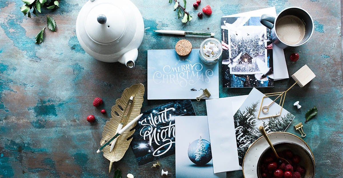 Tisch mit Tassen, Kaffee und Papier