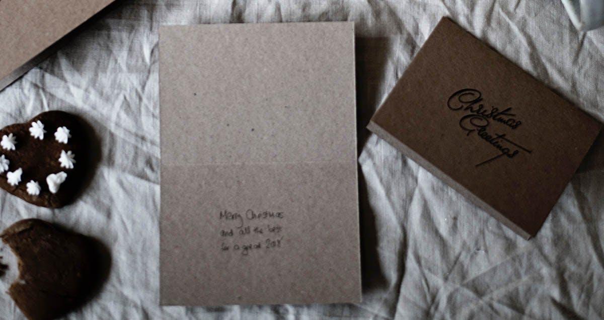 Hefte und Notizblöcke am Tisch