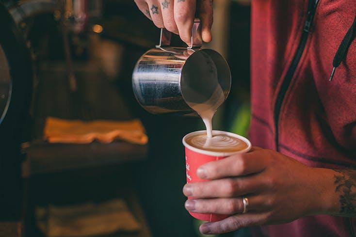 Einleeren von Kaffee in die Tasse