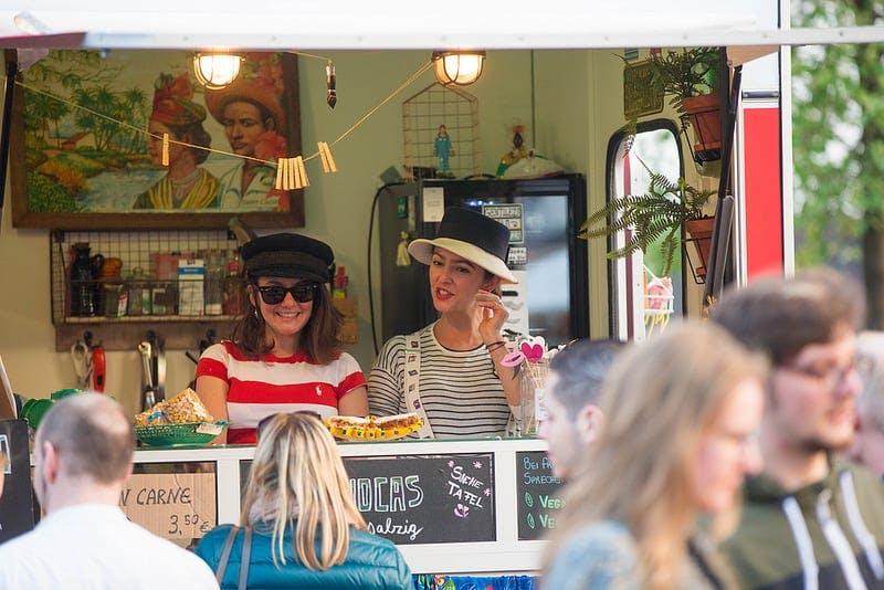 Menschen vor Truck am Streetfood Market
