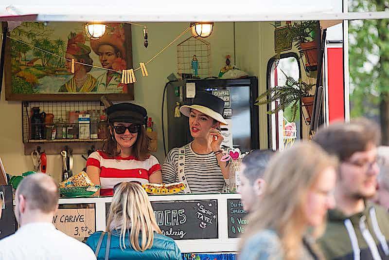 Kunden an Imbissbude im Street Food Festival