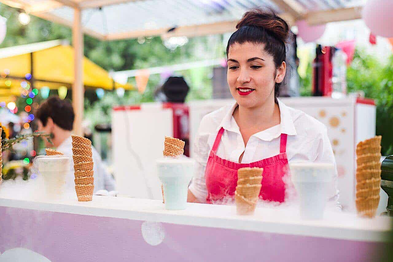 Eisverkäuferin auf Street food Festival