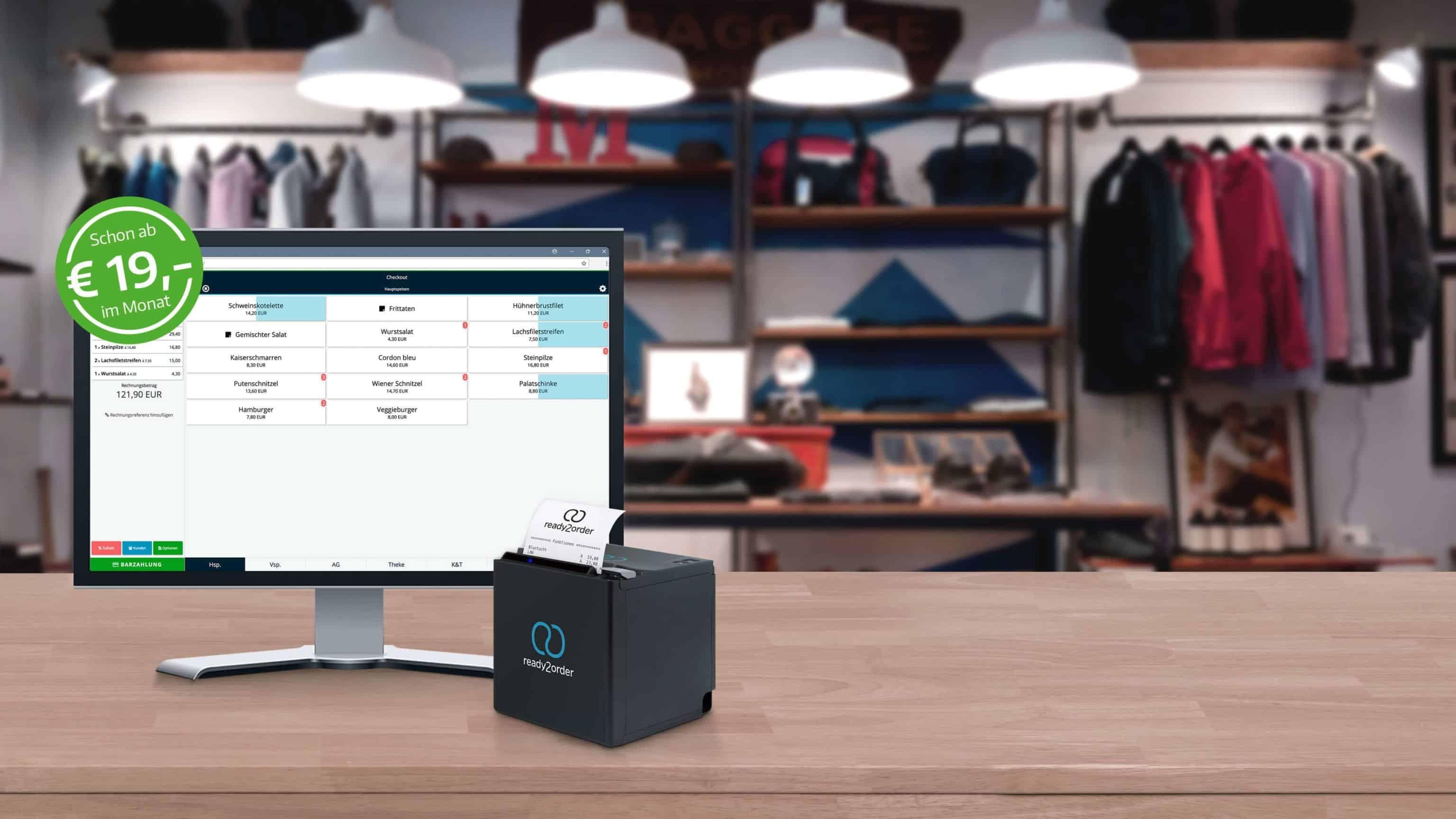 Registrierkasse Einzelhandel - Benutzeroberfläche auf Monitor mit Bondrucker und Bekleidung im Hintergrund