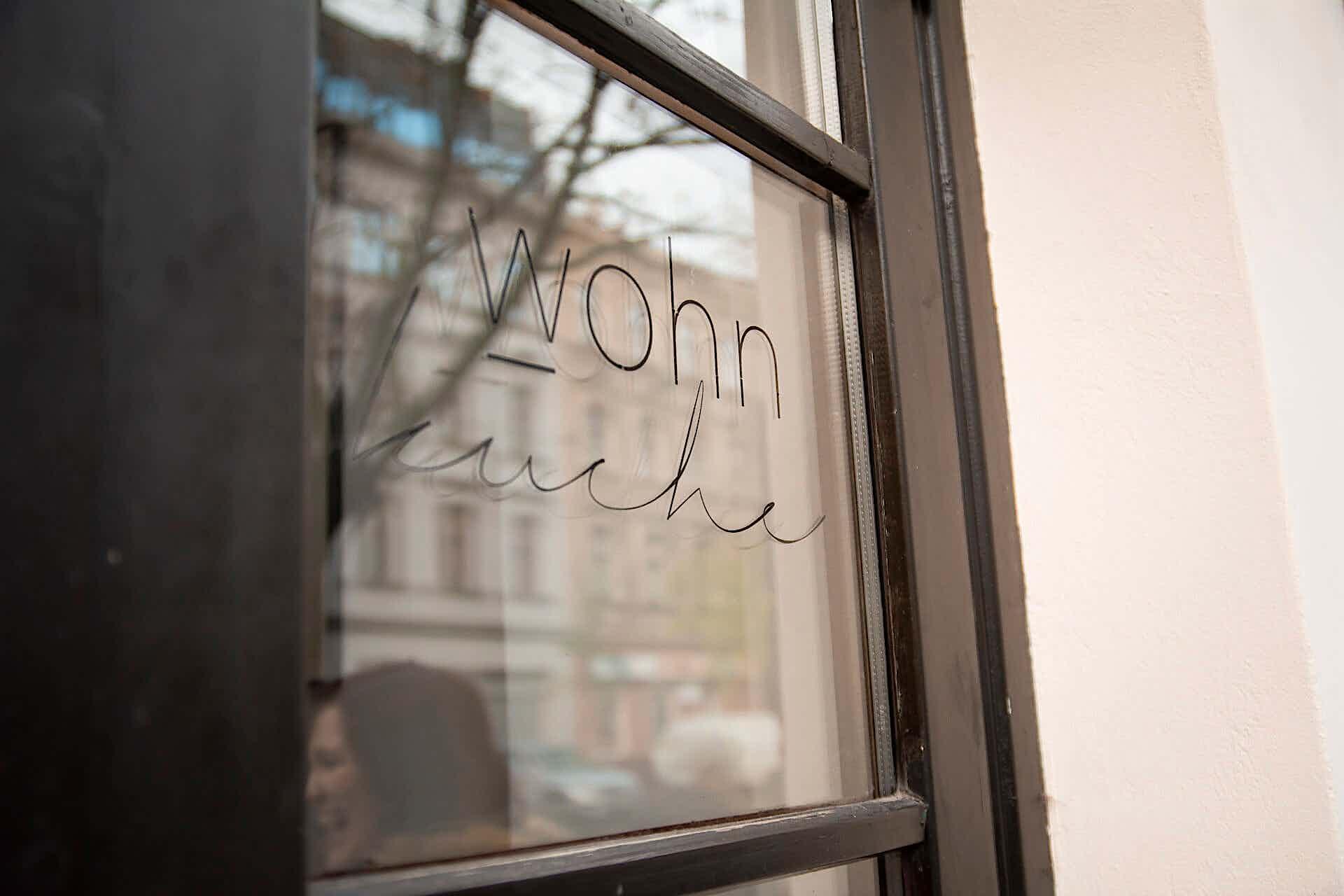 Wohnküche Logo am Fenster