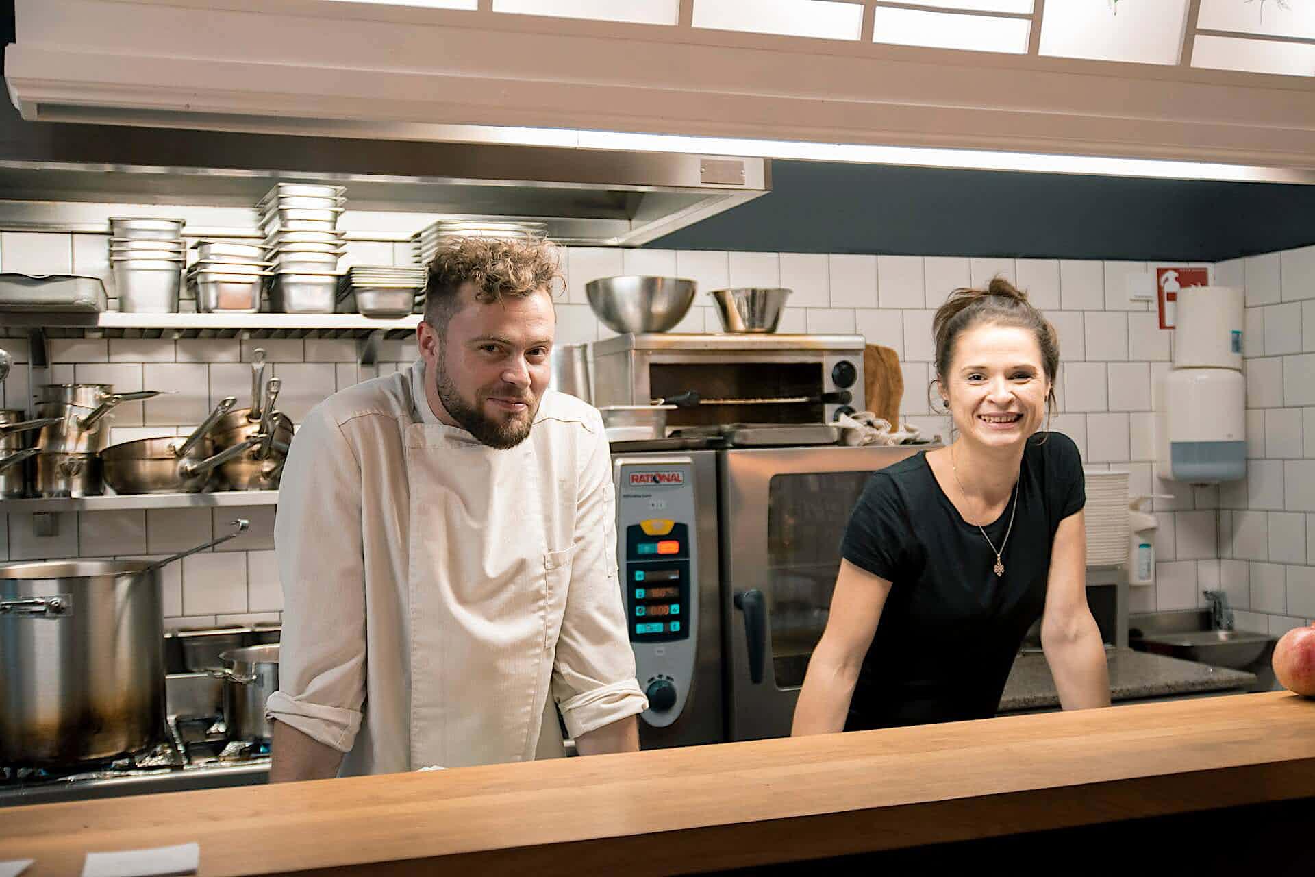 Andi und Cori in ihrer Wohnküche