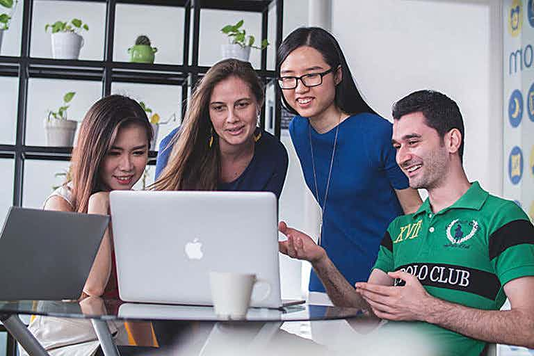 Kollegen vor Computer