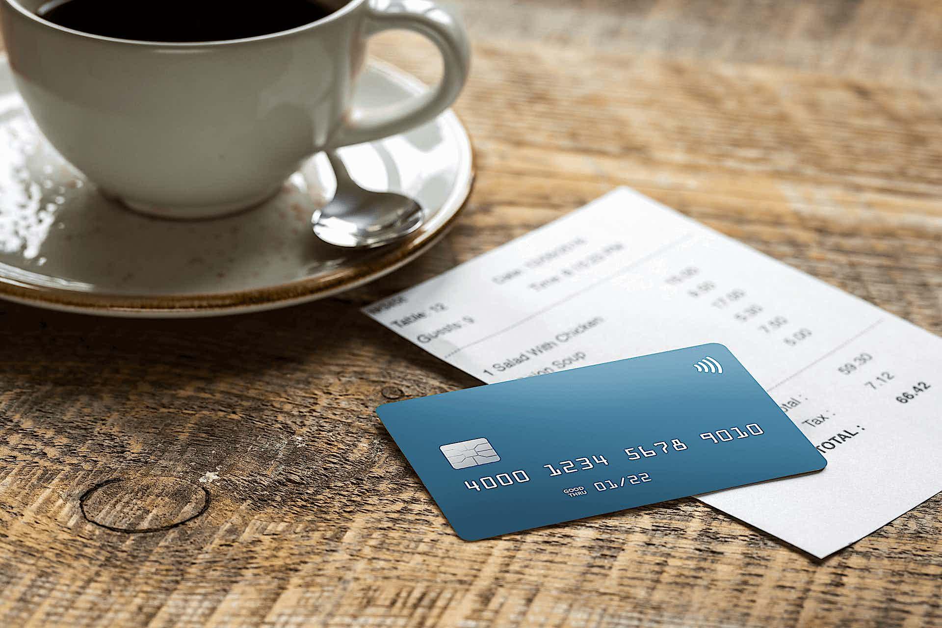 Kreditkarte liegt auf Rechnung im Café