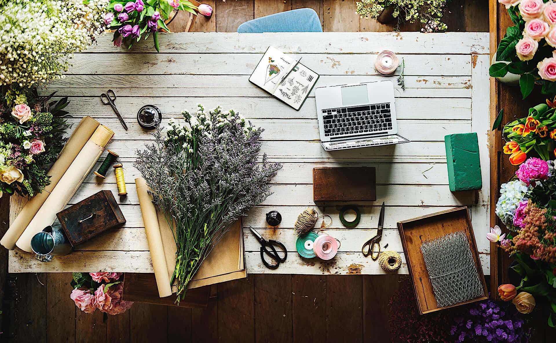 Werkstatt floristik tisch mit laptop