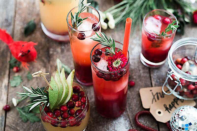dekorierte Cocktails auf einem Tisch