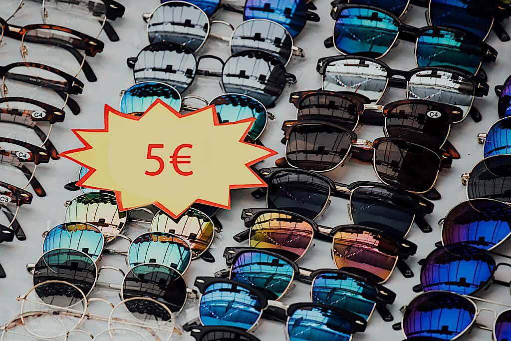 Warenpräsentation Sonnenbrillen im Laden