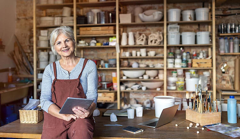 Einzelhändlerin Alice in ihren Geschäftsräumen
