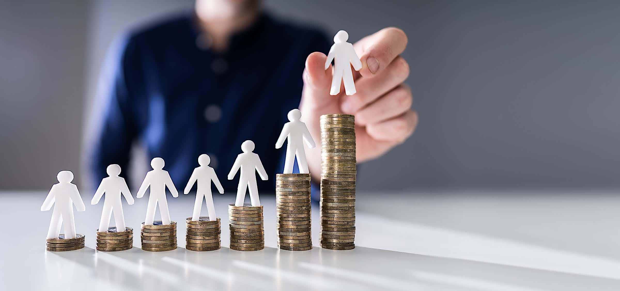 Mindestlohn: ungleiche Verteilung von Gehältern, Balkendiagramm aus Geldmünzen