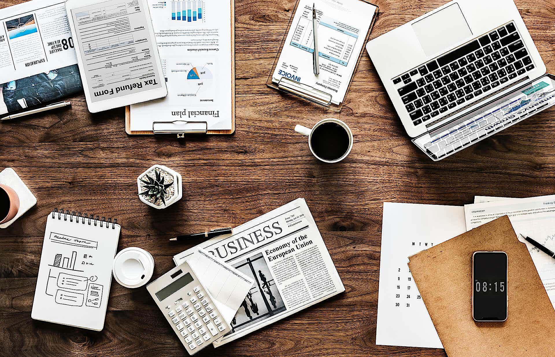Büromaterialien auf dem Tisch