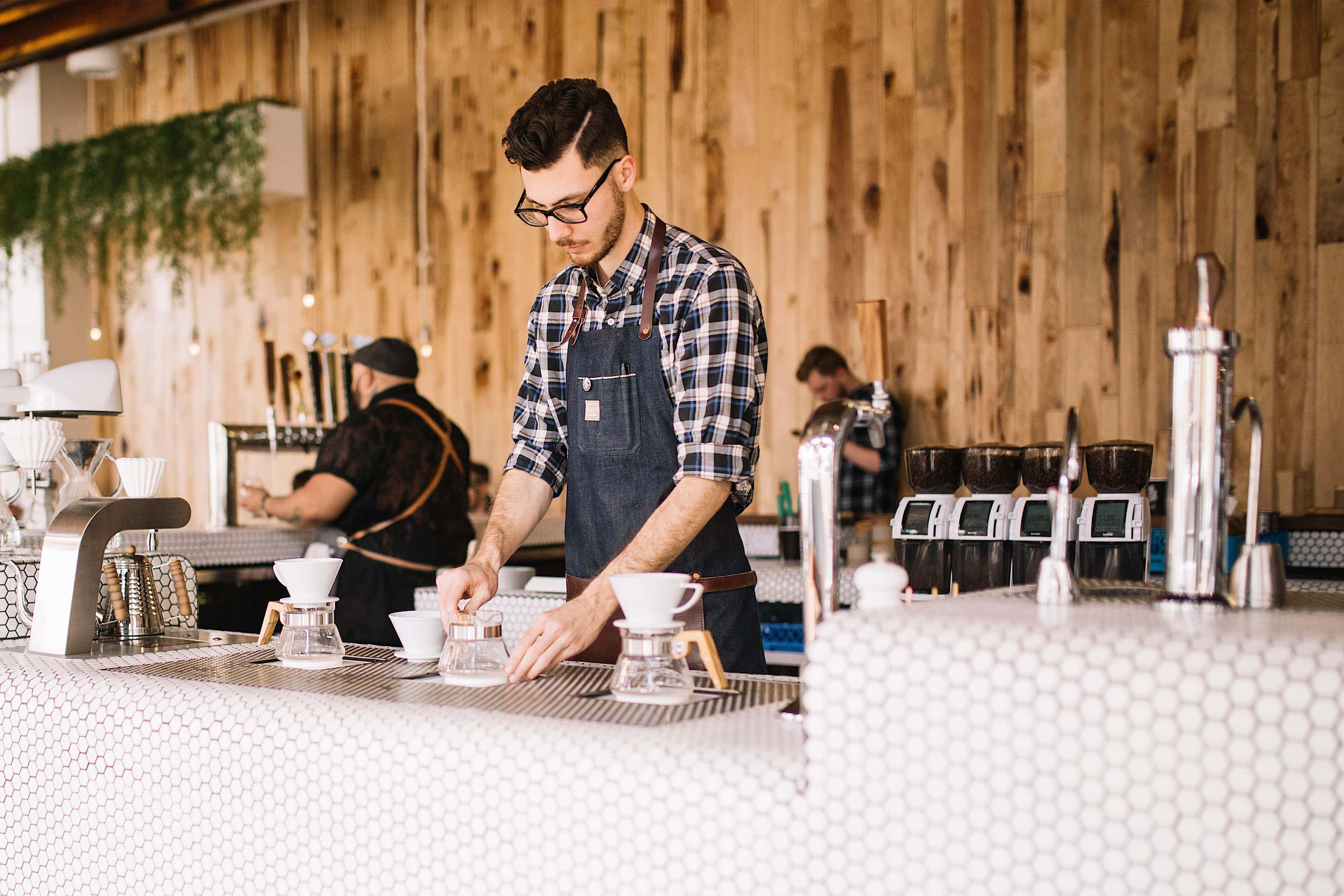 Café Theke mit Mitarbeiter