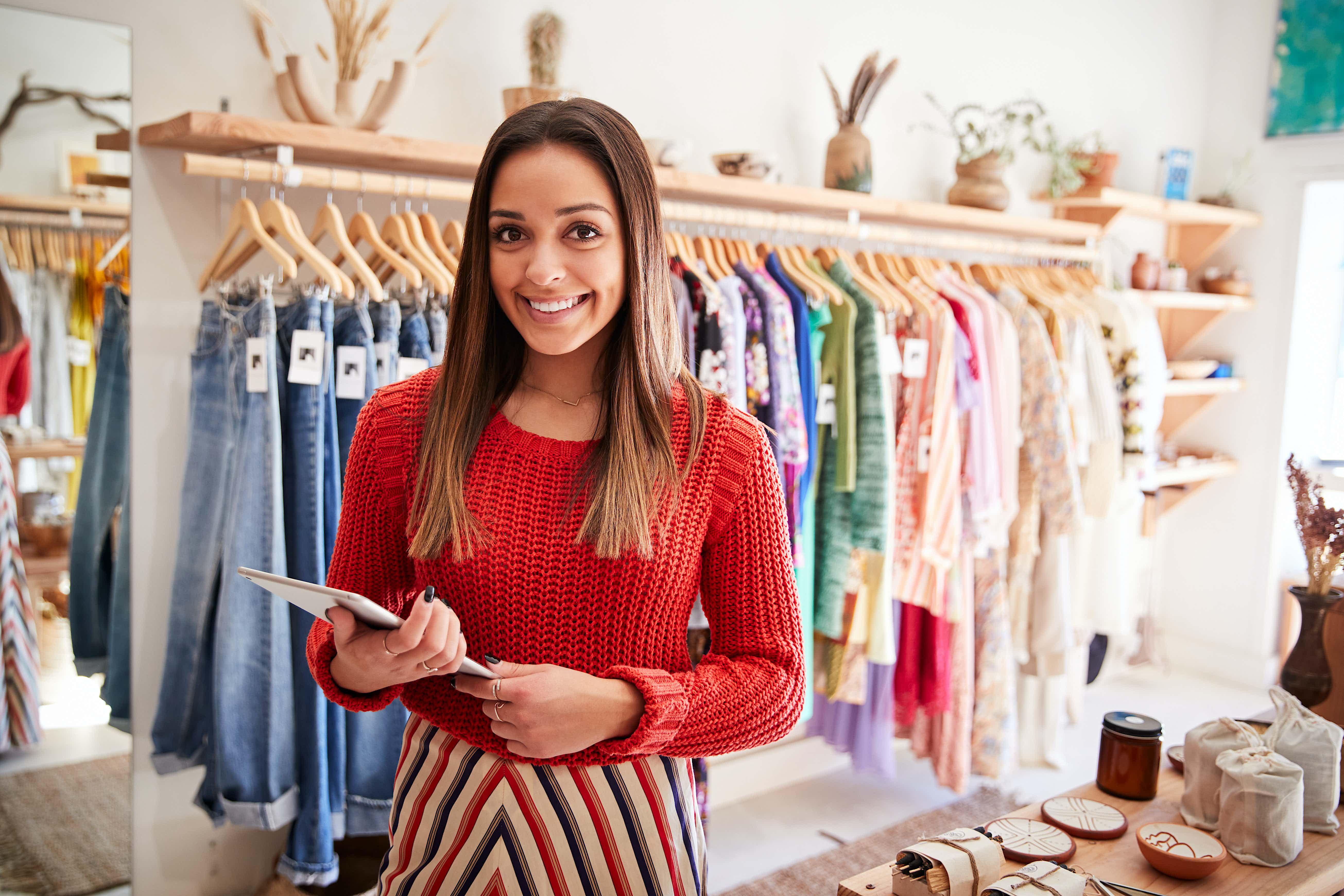 Kassensystem digital: Junge Frau mit Tablet in einem Geschäft